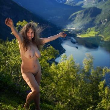 nackte frau hoch oben über dem Geirangerfjord