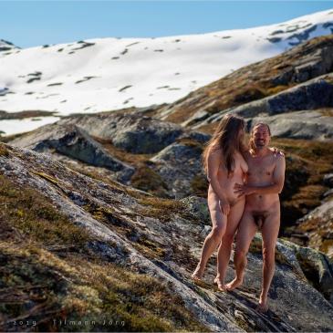 Nacktes Pärchen im norwegischen Hochland