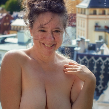 nackte Frau über den Dächern von Karlsbad