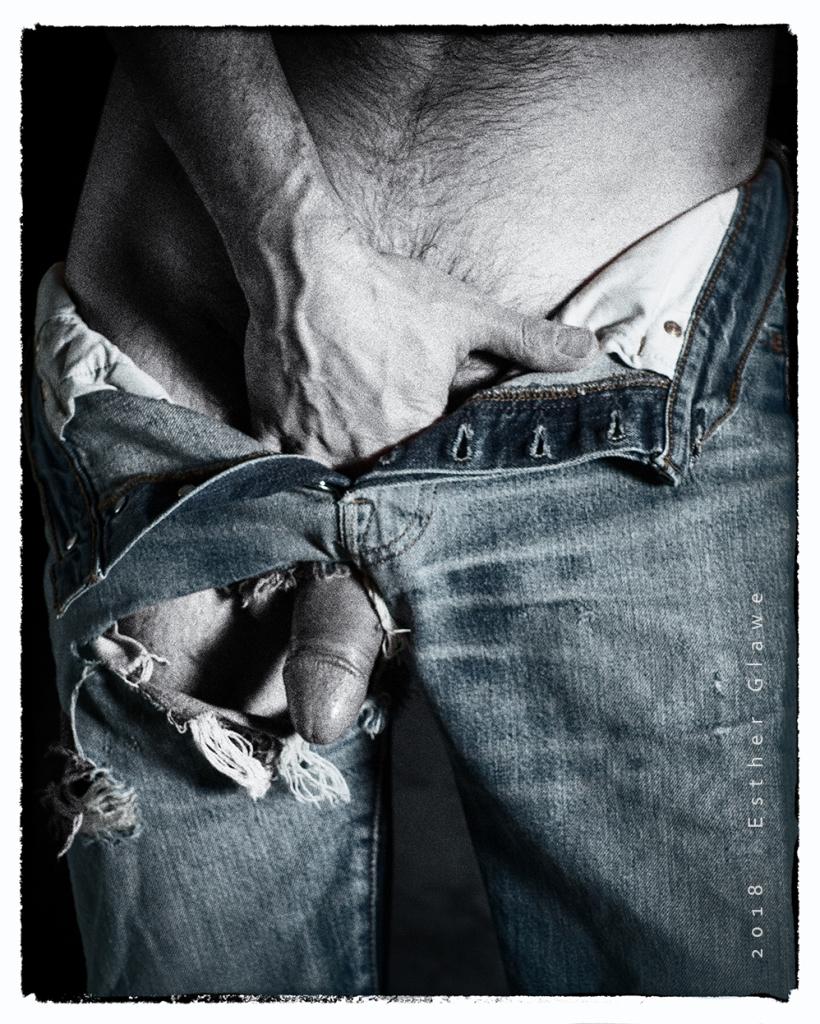 Mann mit zerrissener Jeans und Erektion