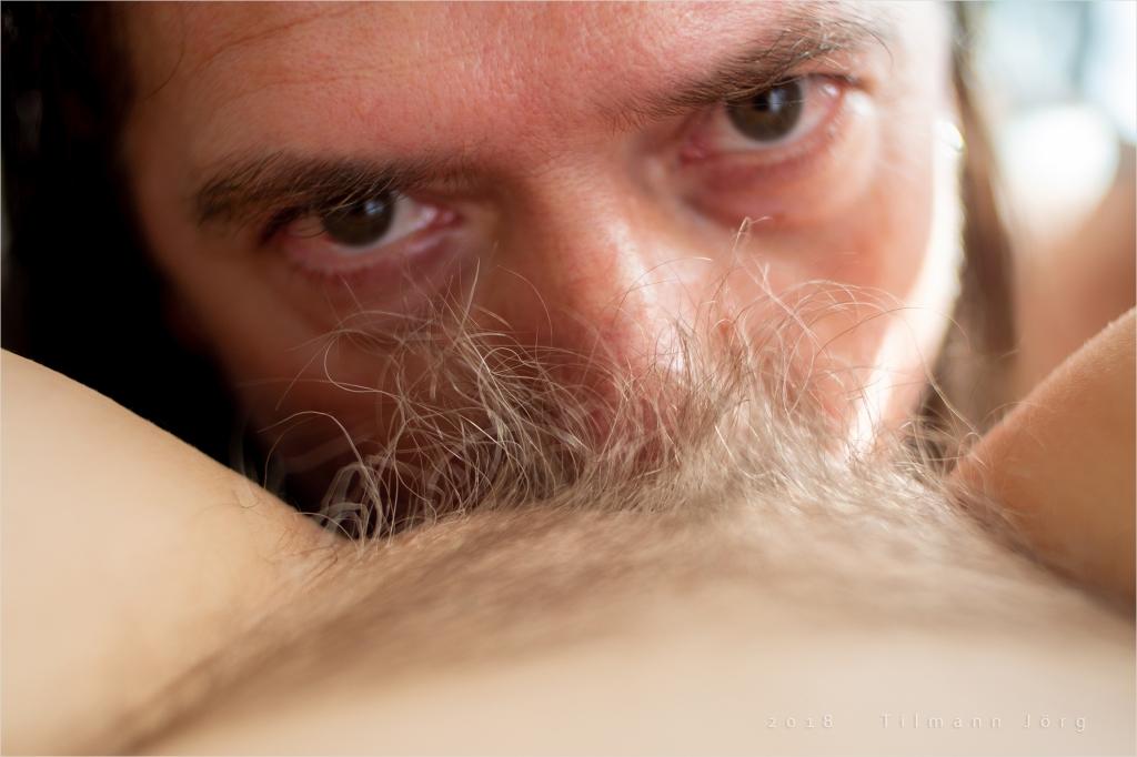 Mann leckt die Vulva einer Frau