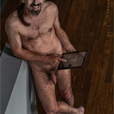 Nackter Mann in stylischer Wohnung