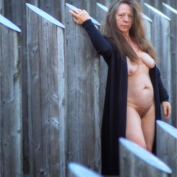 Nackte Frau in öffentlichem Kunstwerk