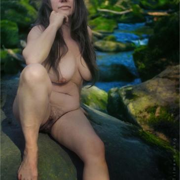 Nackte Frau vor den Irreler Wasserfällen