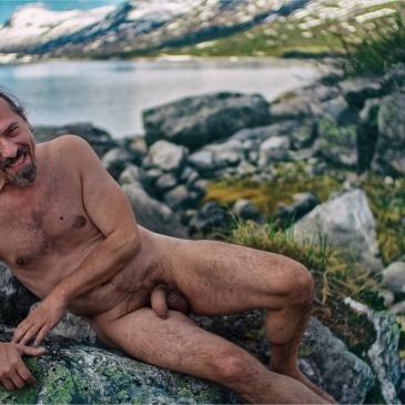 nackter mann vor einem see in norwegen