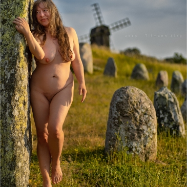 nackte frau vor mühle und wikingergrab