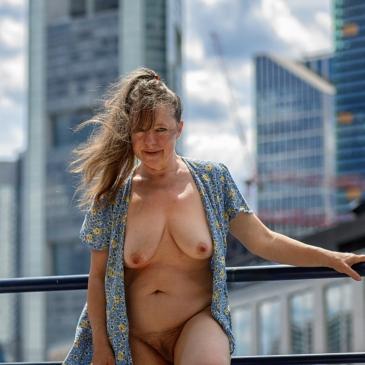 Nackte Frau vor der Frankfurter Skyline