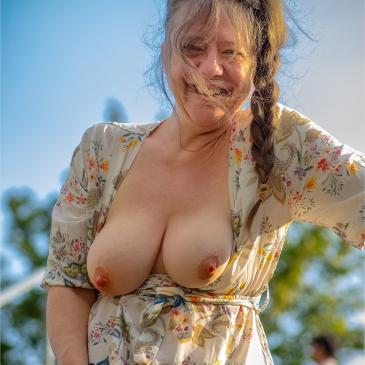 frau entblößt ihre brüste in der stadt