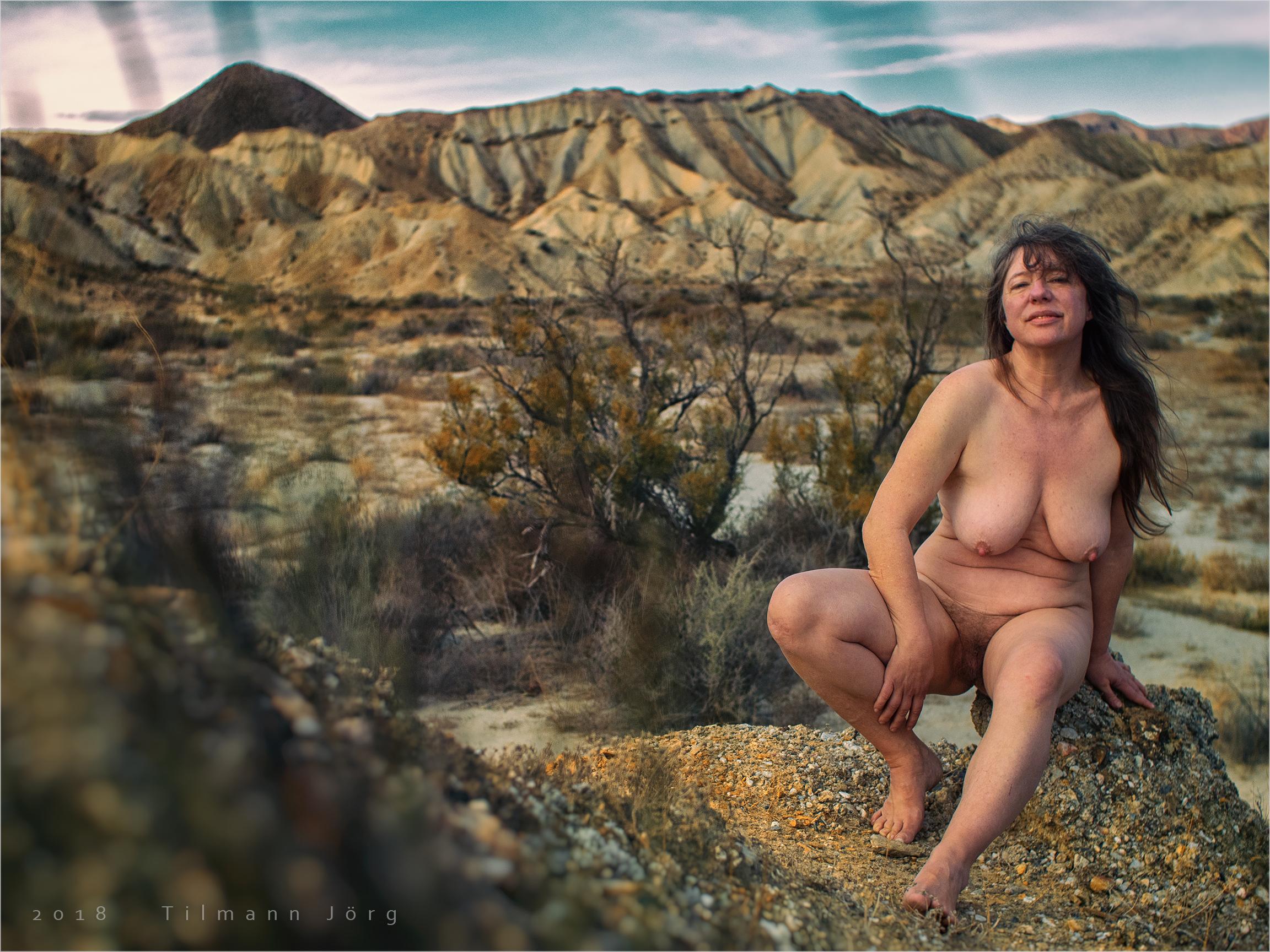 Nackte Frau in der Wüste