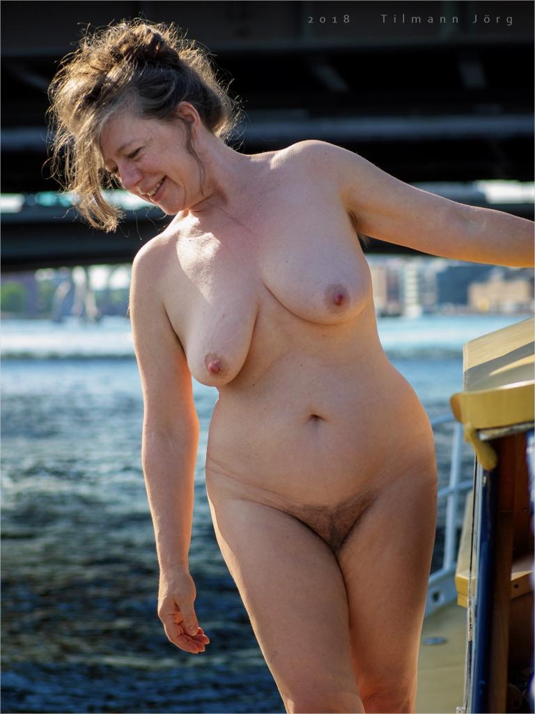nackte frau auf einem boot auf der spree in berlin