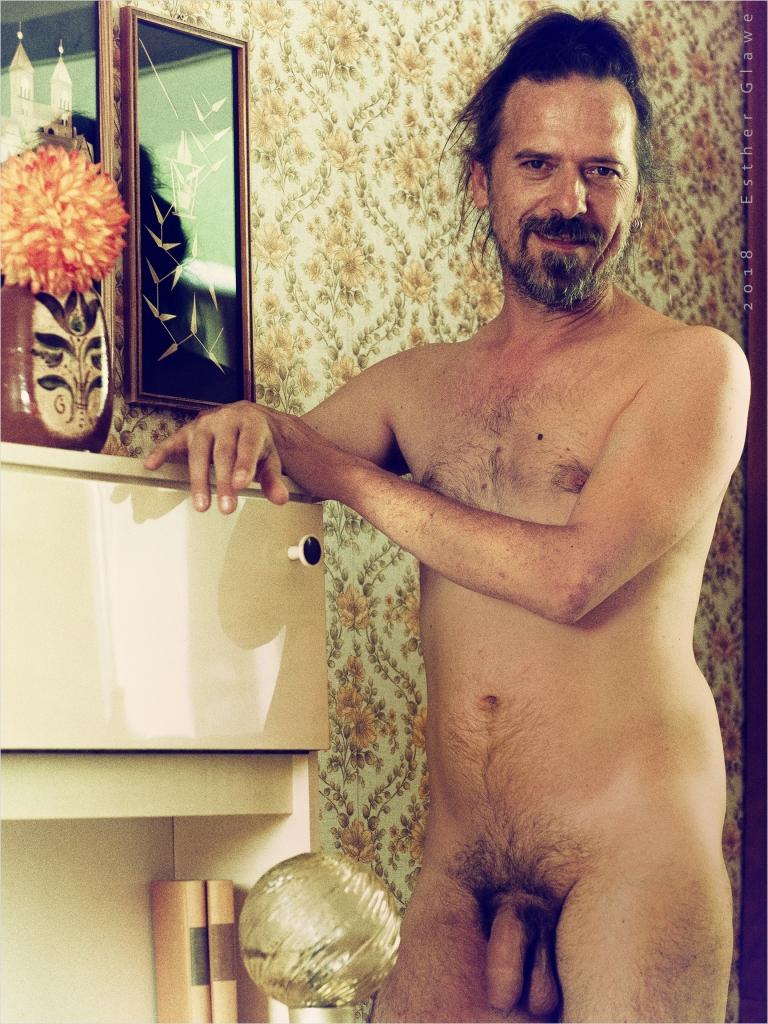 nackter mann in siebzigerjahre-hotel-zimmer