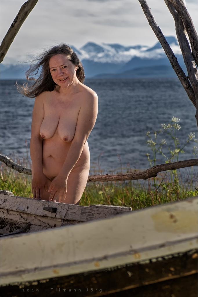 nackte frau an einem fjord in norwegen
