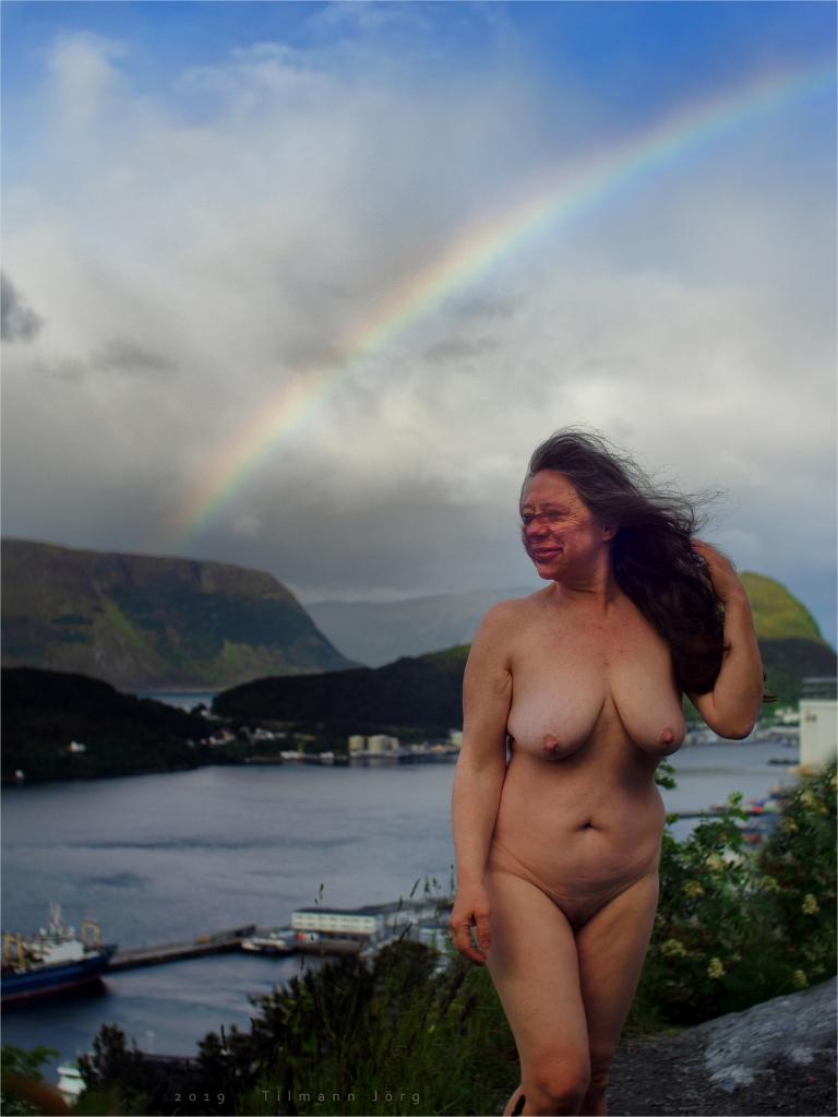 nackte Frau auf einem Hügel über Ålesund