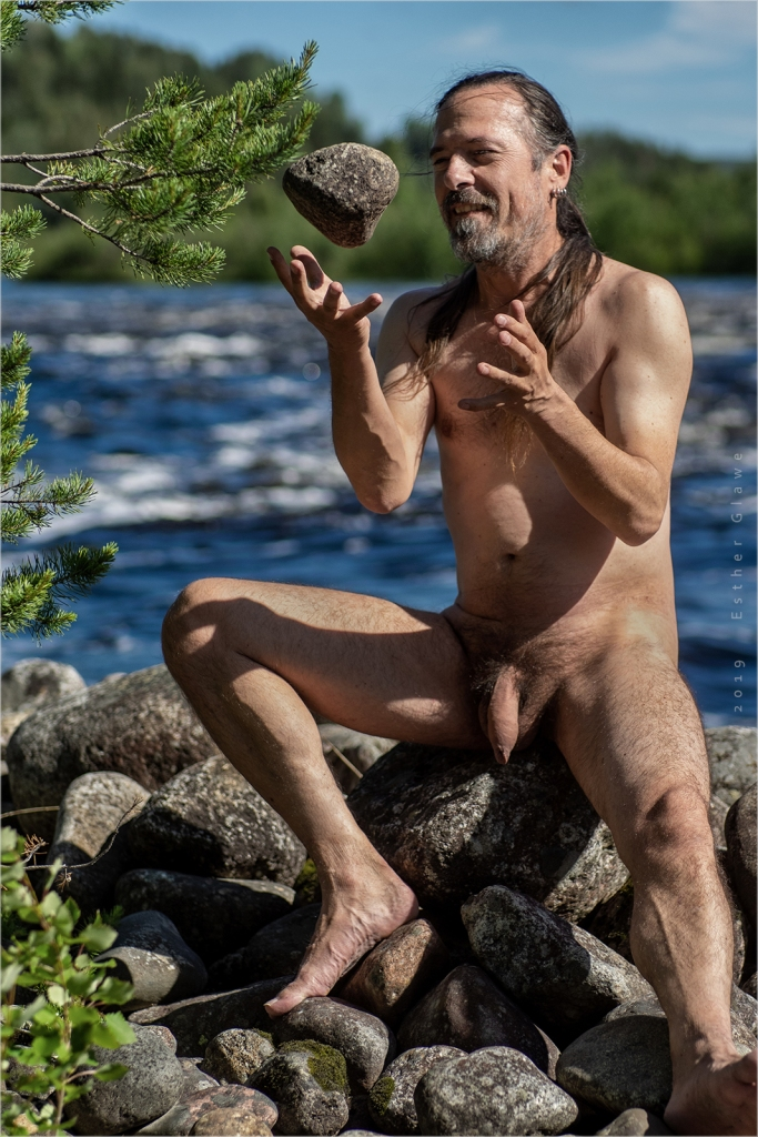 nackte Mann am Ufer des Angermanälven