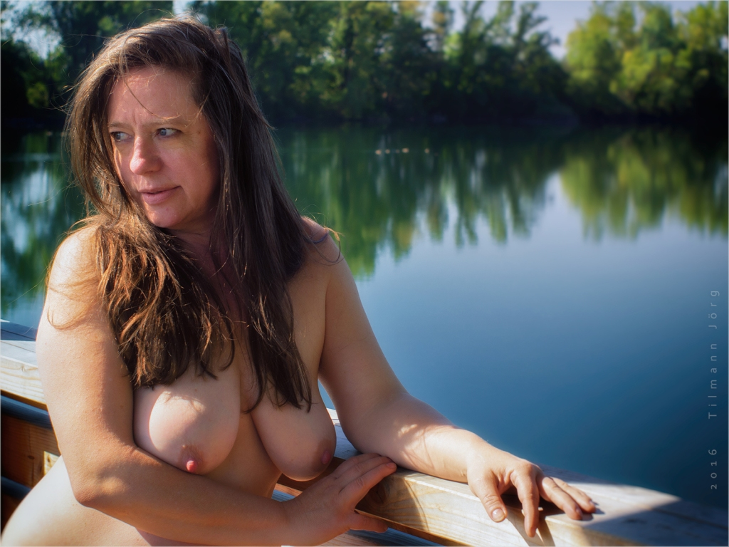 Nackte Frau am Altrheinsee