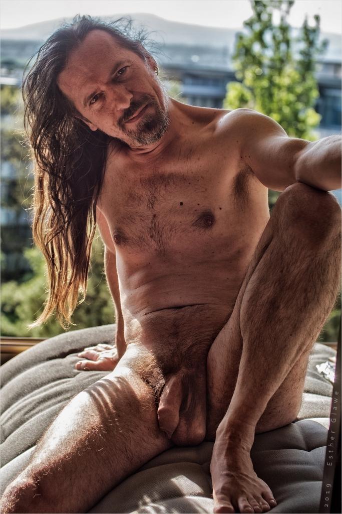 nackter Mann zeigt sein Gemächt