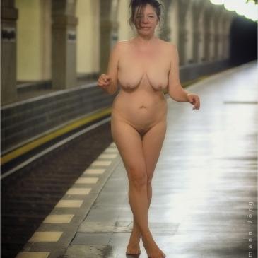 Nackte Frau auf dem U-Bahnhof Heidelberger Platz